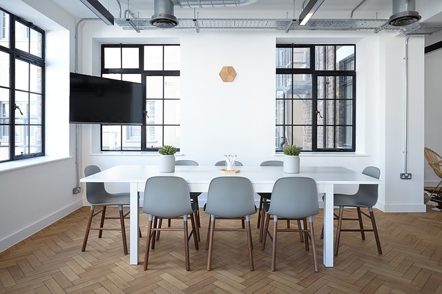 židle u jídelního stolu