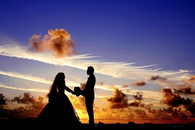 svatební pár při západu slunce