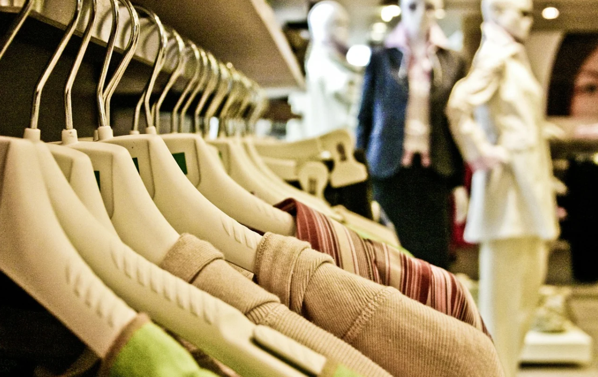 oblečení v obchodě